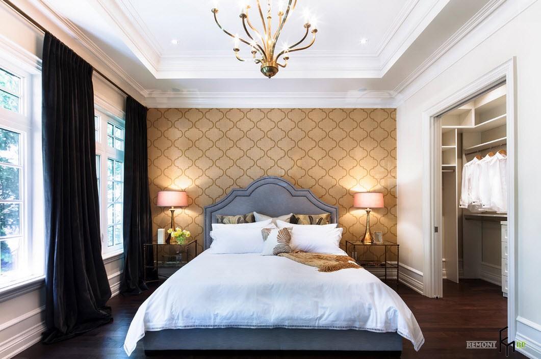Акцентная стена цвета охры в спальне