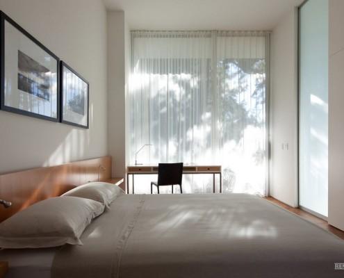 Две картины над кроватью в спальне