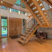 Металлические перила деревянной лестницы