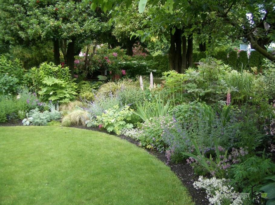 Красивый миксбордер в ландшафтном дизайне загородного дома и дачи