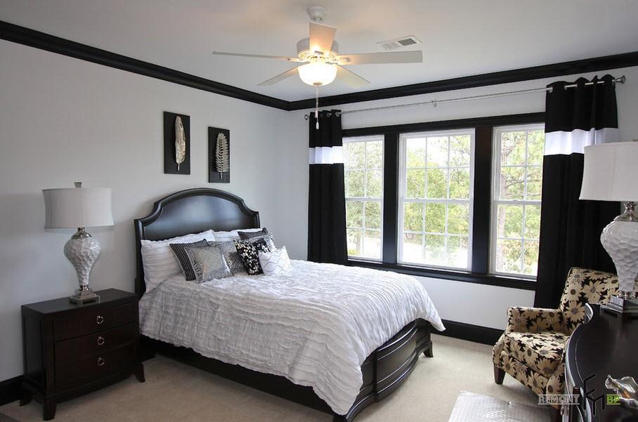 Черные шторы с белой полосой в спальне