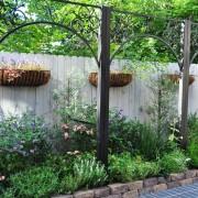Деревянный забор с элементами декора