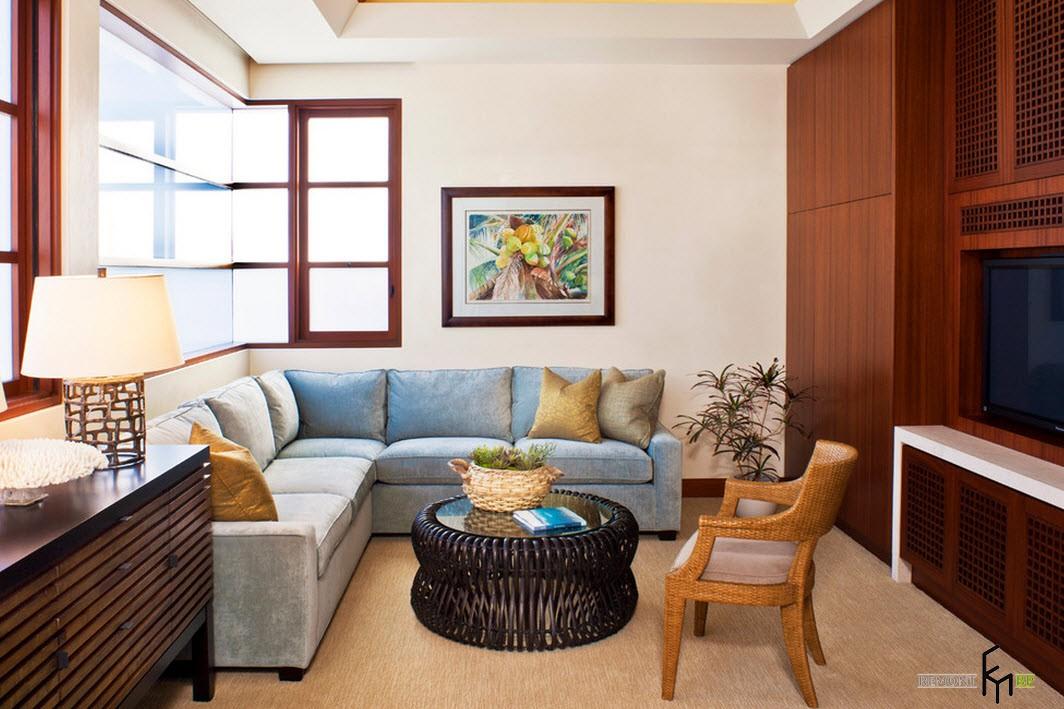 Угловое окно в гостиной с голубым диваном
