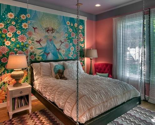 Подвесная кровать у стены с детским панно