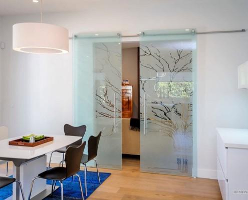 Растительный узор на стеклянной двери