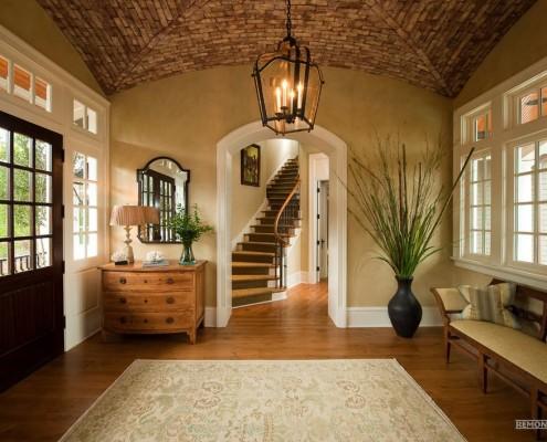 Кирпичный потолок в холле