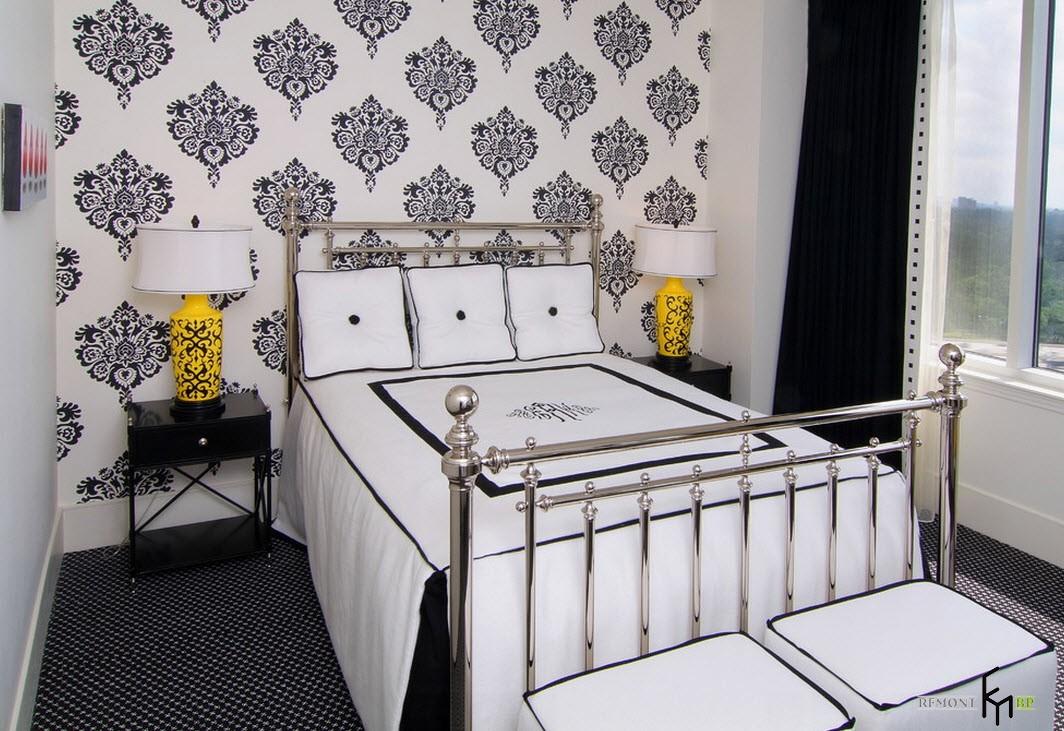 Черные узоры на белой стене в спальне