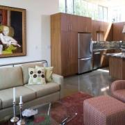 Кафельная плитка на полу кухни-студии