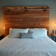 Белая кровать с деревянным изголовьем
