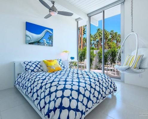 Интерьер спальни в синих и белых цветах