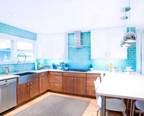 Яркая кухня с кафельной плиткой