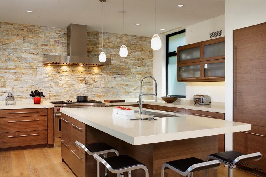 Кухня с облицовкой из камня