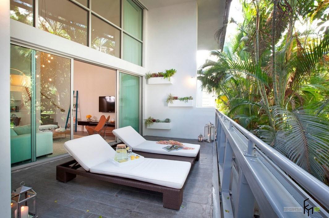 Лежаки на балконе