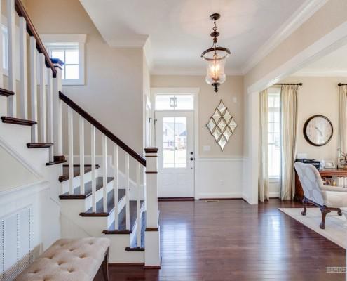 Полы темно-коричневого цвета только подчеркнут чистоту красок стен, потолка