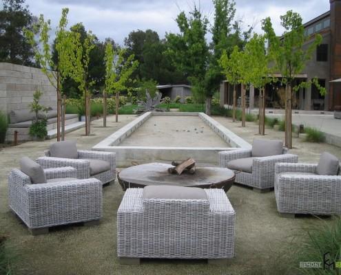 Уютные кресла во дворе дома