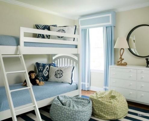 Два кресла-мешка в детской с голубыми матрасамим