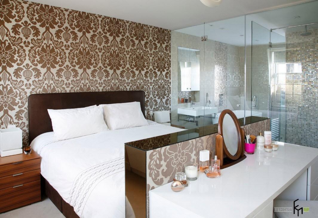 Столик в спальне с небольшим зеркалом
