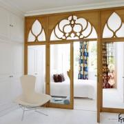 Резные деревянные двери со стеклом