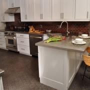 Светлая барная стойка на кухне