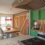 Кухня-коридор в деревенском стиле
