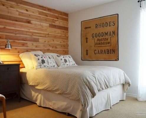 Деревянная стена в изголовье кровати