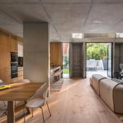 Кухня-студия, оформленная деревом