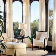 Белая мягкая мебель перед панорамными окнами