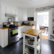 Черная квадратная плитка на полу кухни