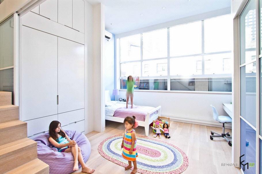 Овальный вяаный коврик в детской с подушкой-креслом