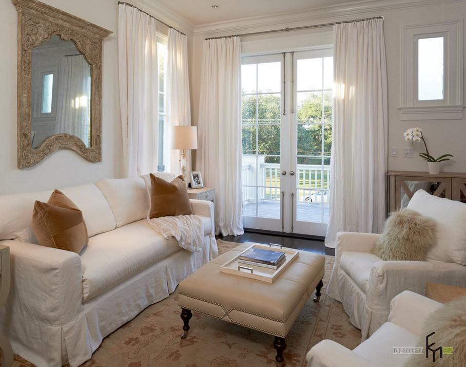 Белые шторы придают тожественности интерьеру небольшой гостиной
