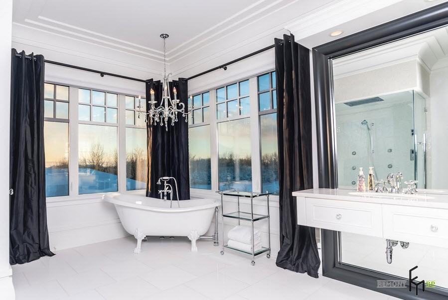 Черные шторы в белой ванной