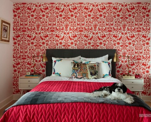 Яркий оттенок красного на обоях спальни