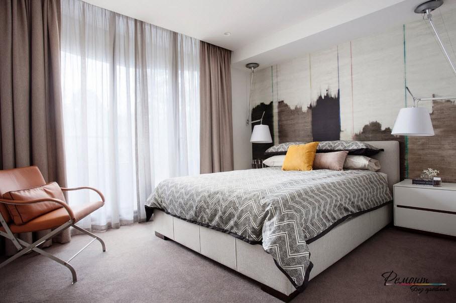 Желтая подушка в спальной комнате