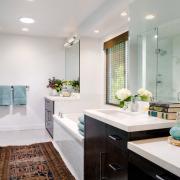 Темный коврик в белой ванной