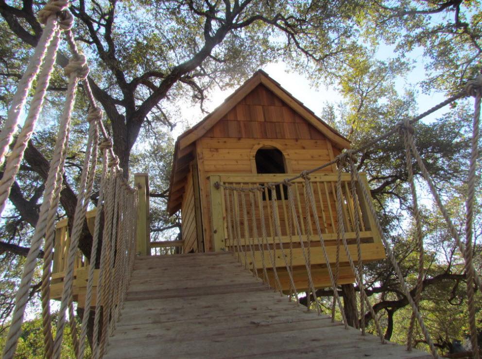 Небольшой домик с канатной дорогой