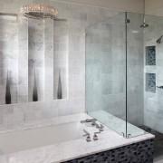 Необычные ниши на стене ванной