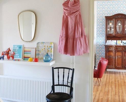 Розовый сарафан рядом с зеркалом в прихожей