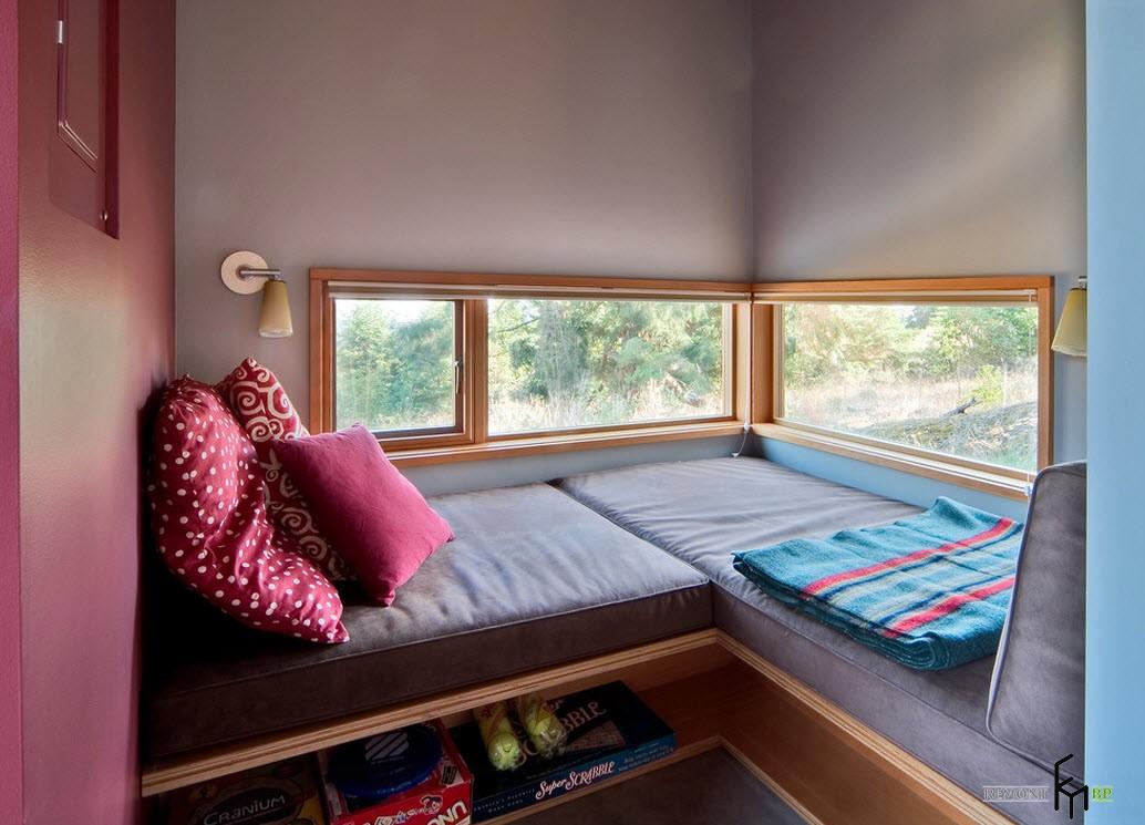 Угловое спальное место под окном