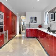 Глянцевая красная кухня