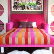 Полосатый раскладной диван