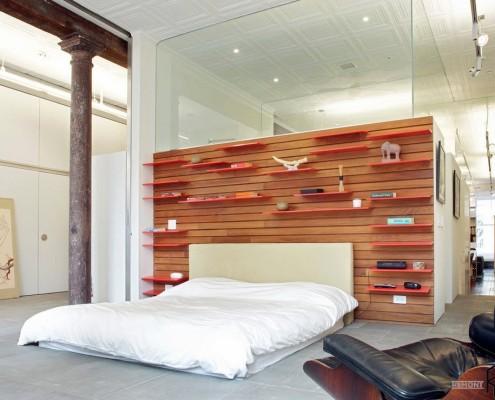 Деревянный стеллаж в спальной комнате