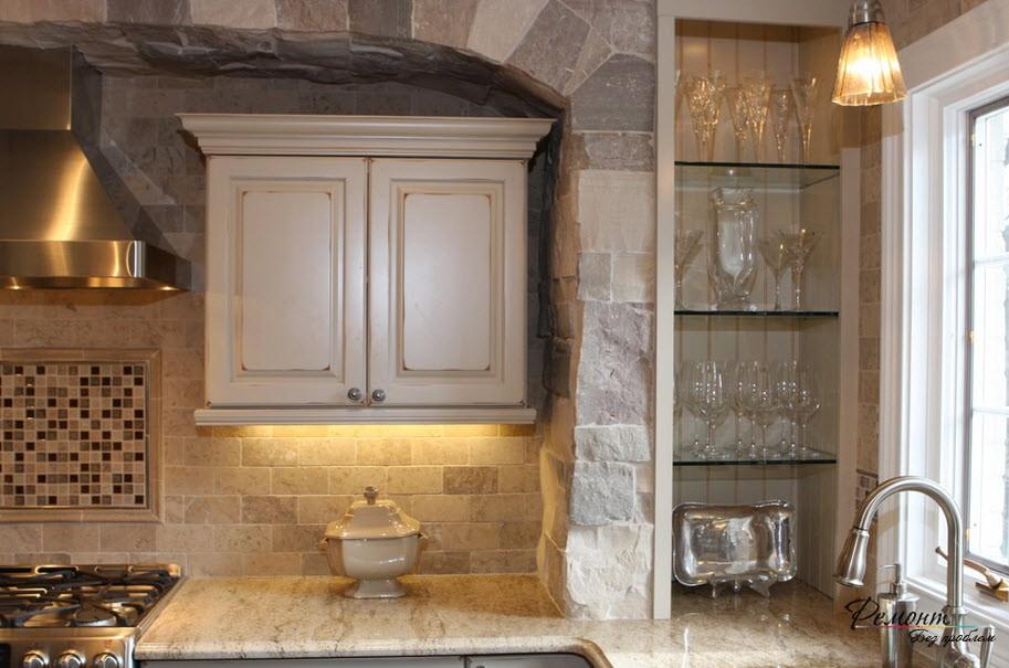 Кухня задекорированная камнем