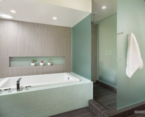 Ниша в стене рядом с ванной