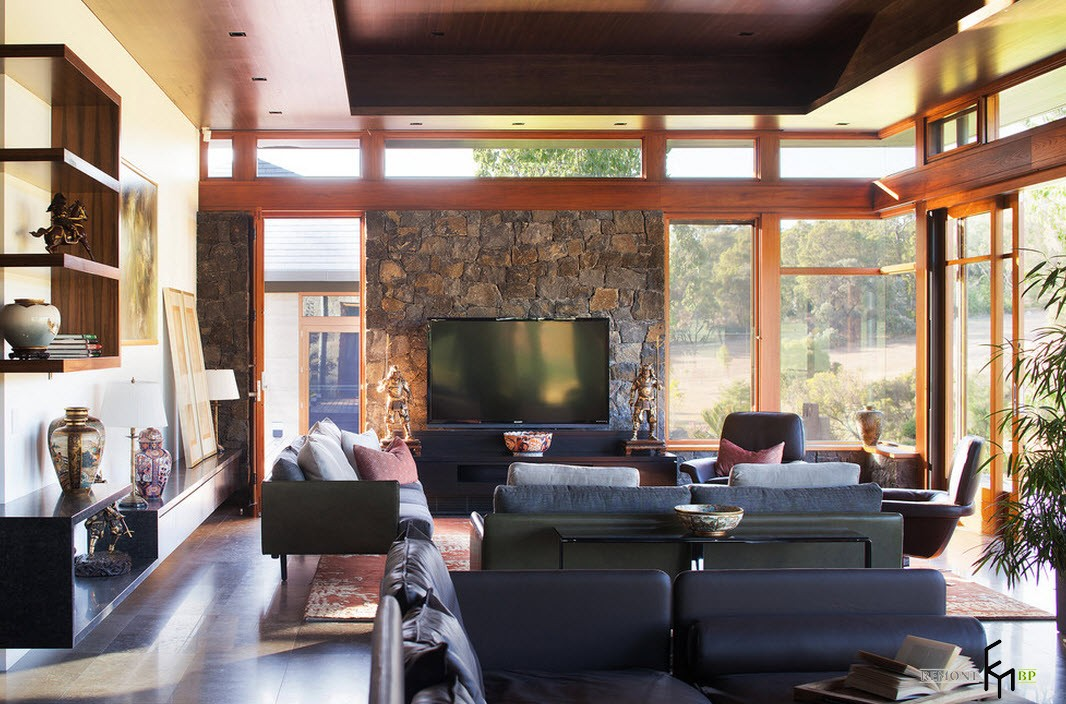 Телевизор на каменной панели в японском доме