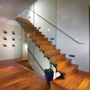 Деревяная лестница со стеклянными ограждениями