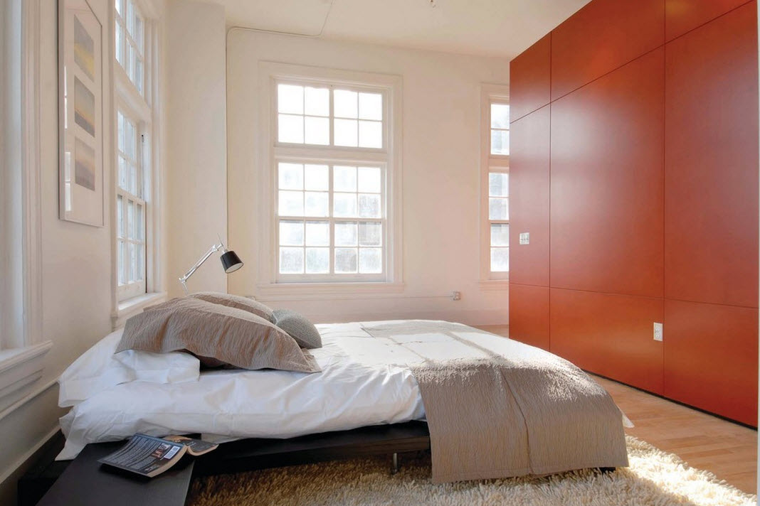 Яркий шкаф в спальне