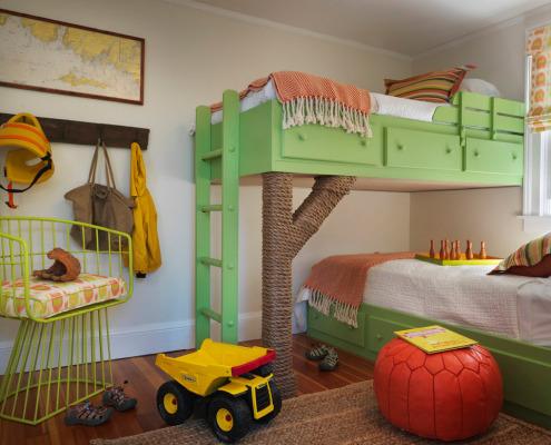 Зеленая кровать в детской