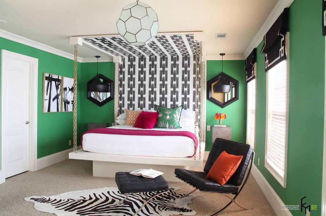 Подвесная кровать возле зеленой стены