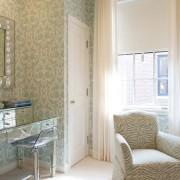 Будуарный столик в светлой комнате