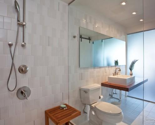 Деревянная полочка в ванной